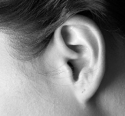 disturbi-dell-udito-ronzio-e-fischi-all-orecchio-sintomi-dell-acufene-e-cura-dei-disturbi-dell-udito