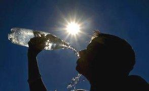 bere-molta-acqua-depura-combatte-la-ritenzione-idrica-e-i-calcoli-renali-i-trucchi-per-bere-piu-acqua