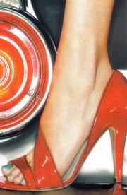 la-pedicure-con-unghie-finte-e-gel-acrilici-causa-malattie-alle-unghie-dei-piedi-dannosi-anche-stiletti-e-zeppe-alti