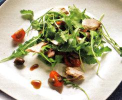 Ricette antipasti dietetici pesce ricetta Tonno al vapore in insalata. Antipasto light da 260 calorie a porzione